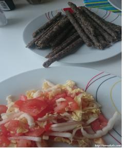 охотничьи колбаски с салатом