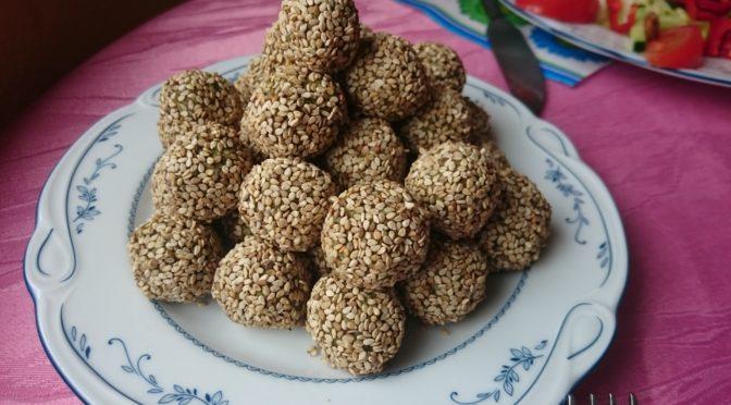 Кунжутные шарики из ореховой пасты